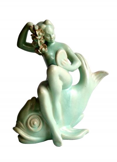 Frau sitzend auf Fish @galleryeight